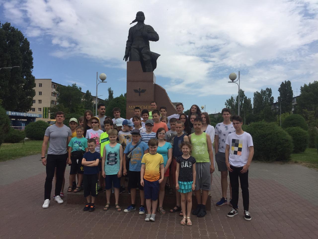 У памятника Маресьеву
